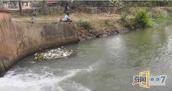 印度男子又开挂了!钓鱼不用鱼竿,只用一根线就能钓大鱼?