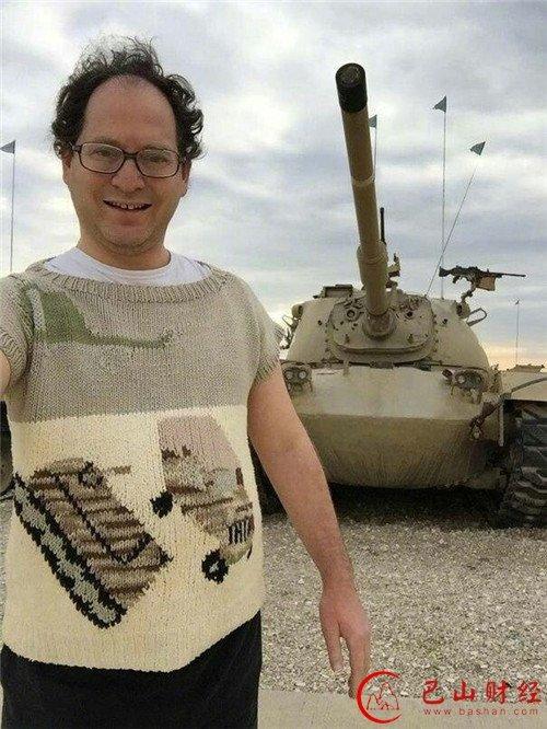 国外一哥们喜欢自己织毛衣,每一件都有一个景点主题