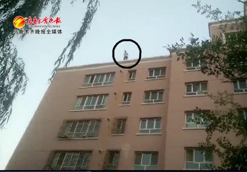 高中女生不满母亲收走手机,爬上6层高楼欲轻生