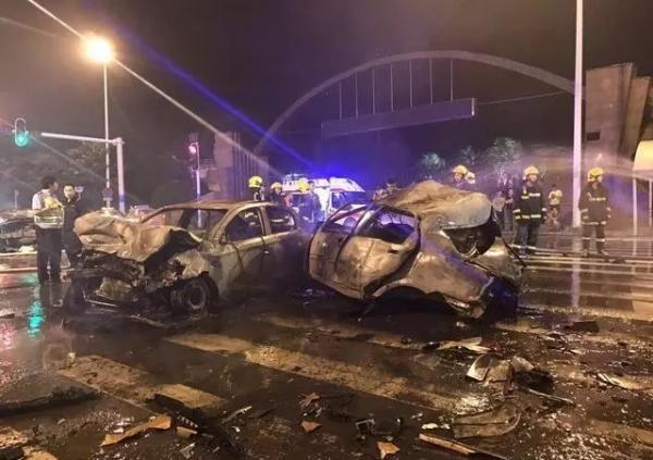 武汉一男子深夜醉驾撞上5辆小轿车,致2车燃烧2死4伤