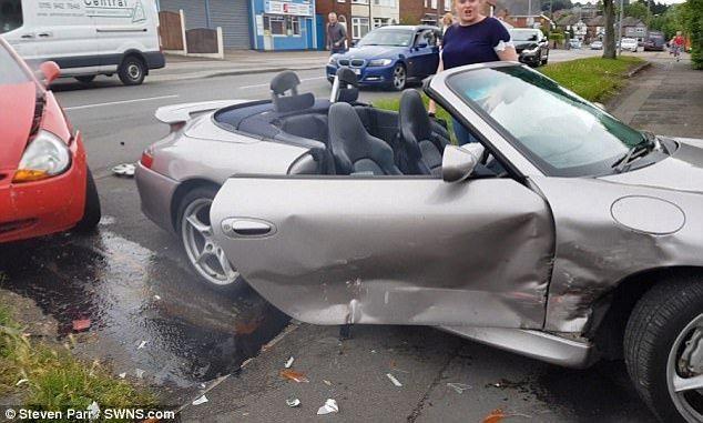 限量保时捷在车祸中被毁车主却在玩自拍