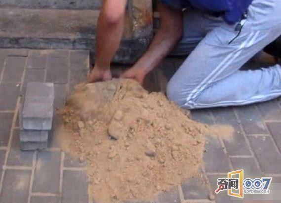 工人街头铺地砖地下传来奇怪声响,挖开后的一幕让所有人动容!