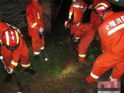 湖北暴雨致独居老人80余头猪被围困,暖心消防人员深夜出动营救