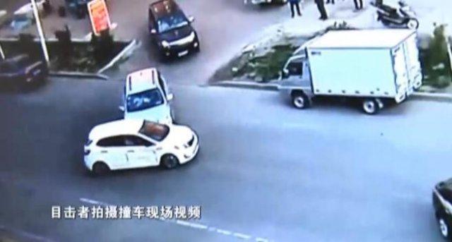 男子开车遇前妻坐情敌车上连撞四次