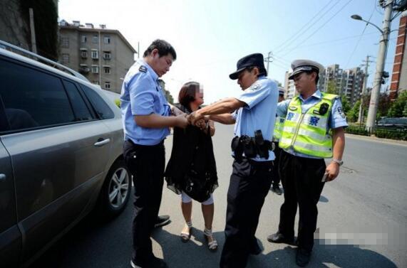 奇葩女司机抗拒警察执法赖在车上不下来警察喷射辣椒水后瞬间安静