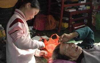 豆蔻年华本是恣意欢笑的年纪,她却不得不照顾起患病的一家人!