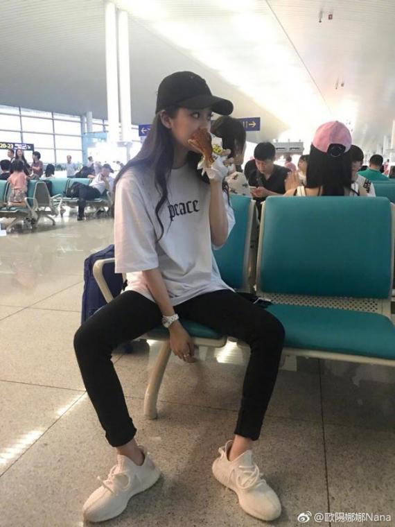 欧阳娜娜机场大口吃汉堡发现被偷拍后神变脸