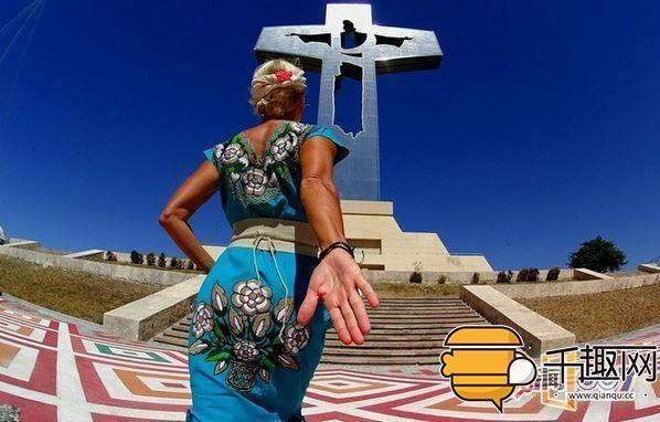 49岁女子婚姻失败放飞自我,穿上婚纱开始环游世界,已经逛了20个国家了!