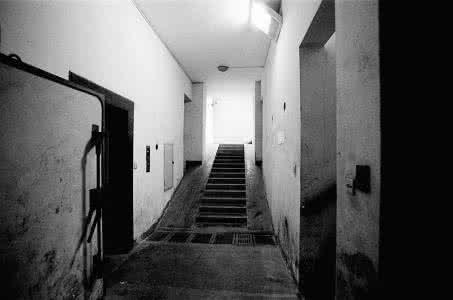 父亲去世母亲抛下我们走了,20年后看到地下室东西我们哭了