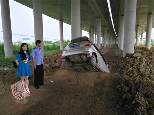 女司机凌晨驾车,迷信导航提示,致车辆悬挂在2米深河沟上!