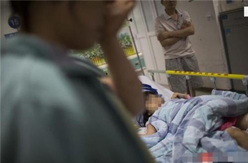 9岁小女孩路过商场遭两条猛犬扑倒撕咬,身上多处被抓的献血淋漓,肇事恶犬却
