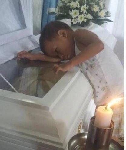 5岁男孩爬上棺材与母亲告别懵懂的他与妈妈最后合影!