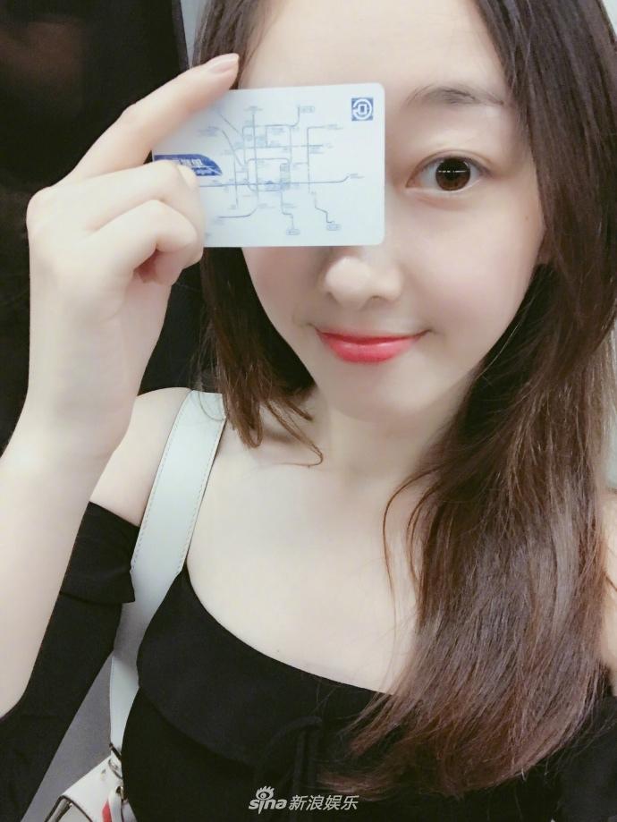 组图:蒋梦婕素颜坐地铁被赞热爱环保