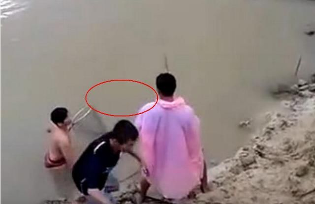 三男子水边钓到一只几十斤