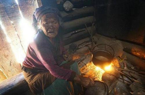 令人心酸:88岁老人全部收入就是儿子每年给50斤大米