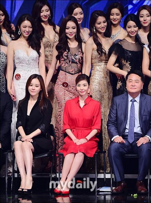 组图:金圭丽担任韩国小姐大赛评委红裙亮相端庄