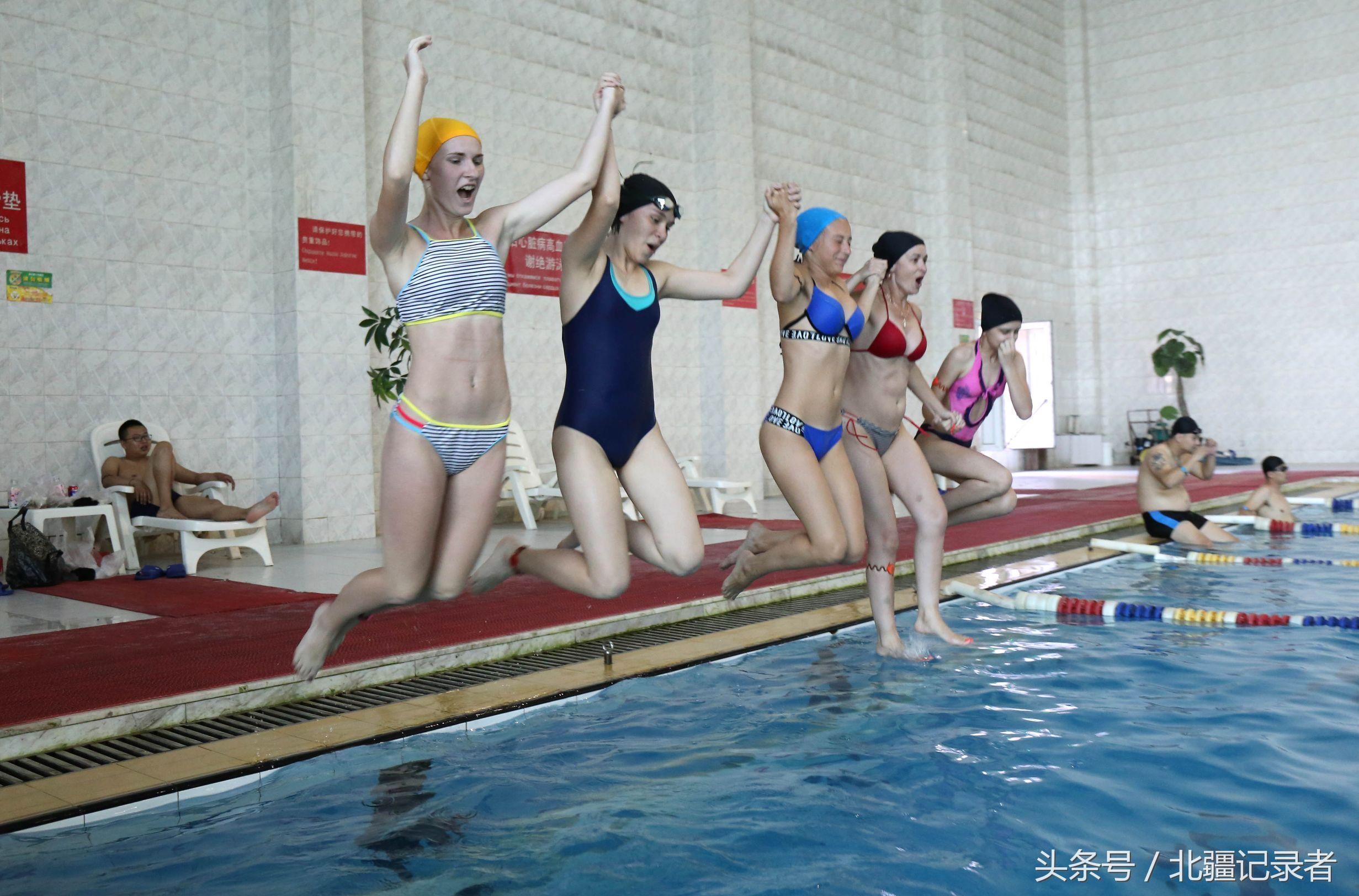 俄罗斯美女游泳时,发现有中国烟民在抽烟,她们非常不能理解……