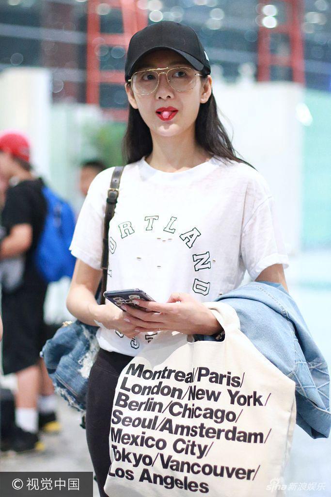 组图:王鸥休闲style现身机场红唇抢镜频频撩发心情靓