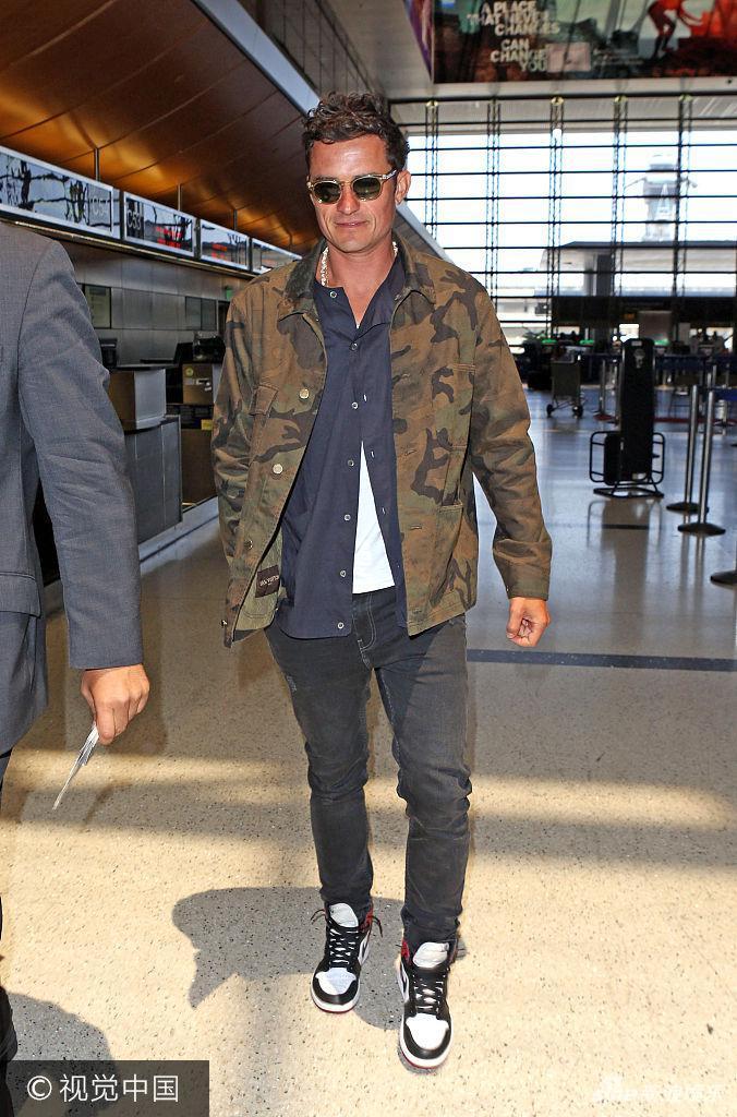 组图:奥兰多穿迷彩外套型男范十足低头笑成傻白甜