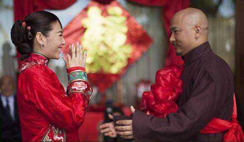 25岁漂亮女孩却为了一套房子、20万存款嫁给55岁大叔,真想让人泪奔!
