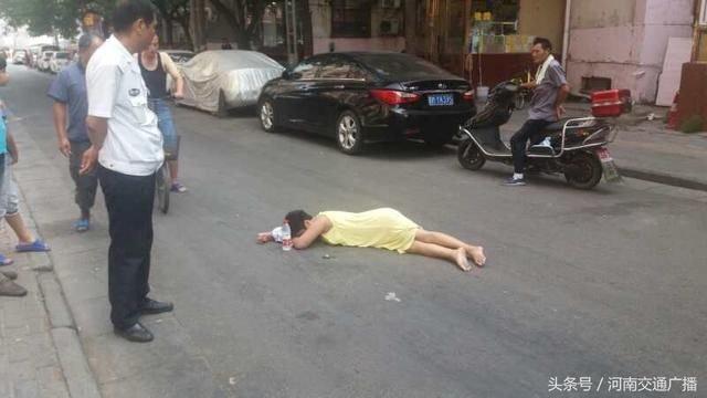 郑州车站一美女赌气躺地30分钟!大姐38度高温你怎么忍?