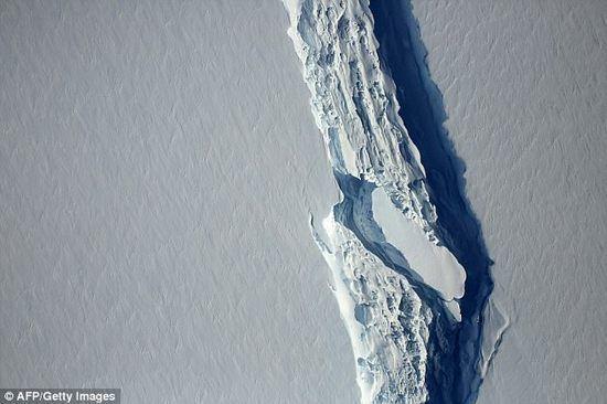 面积6000平方公里的冰山崩离南极,将成为有史以来最大冰山,大小相当于一