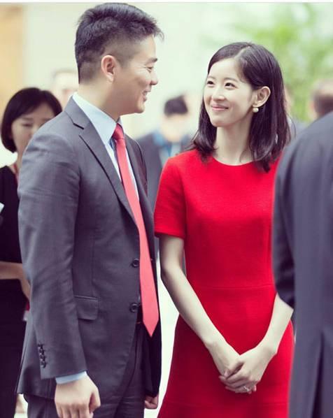 奶茶妹妹穿红裙身材窈窕,看老公的眼神全是爱