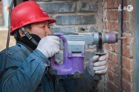 拜金女大学生相亲瞧不起焊工小伙,一问年薪惊得了!
