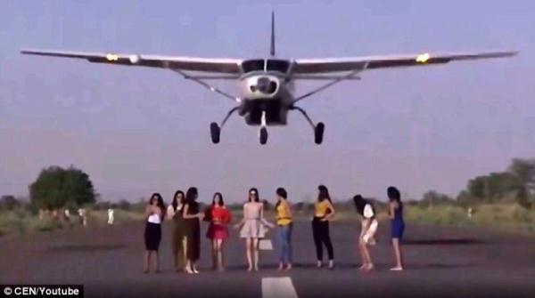9名女模玩刺激在跑道拍照飞机冲过来擦着头顶起飞!
