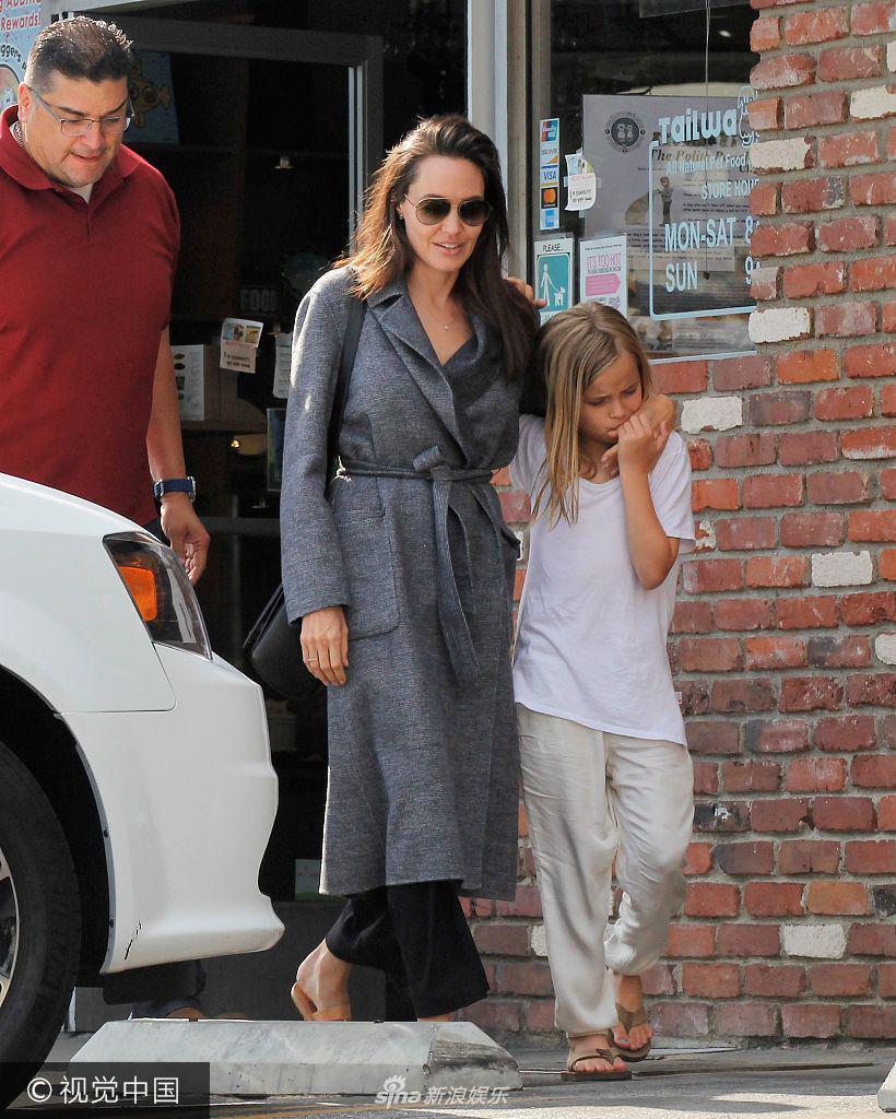朱莉大衣配凉鞋玩反季时尚小女儿狂吻妈妈玉手