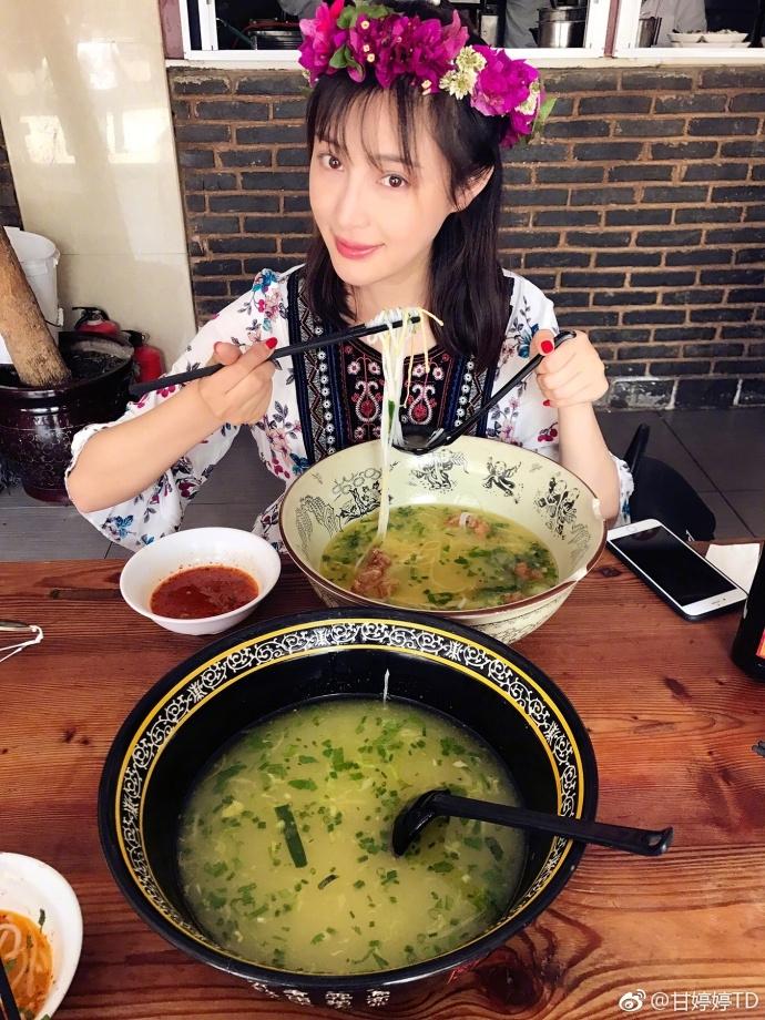 甘婷婷变身花姑娘清纯优雅大理吃米线悠闲自在
