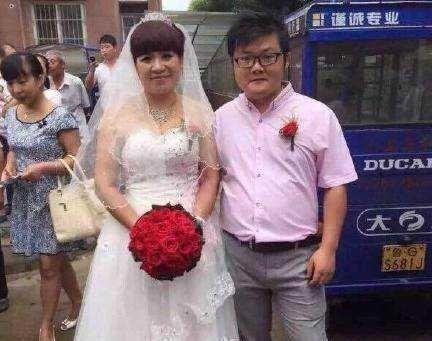 90后小伙迎娶52岁富婆为妻,家人极力支持!