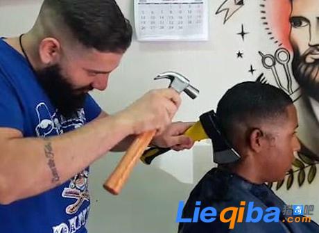 理发师用铁锤敲斧子理发看到的人都忍不住捏把汗