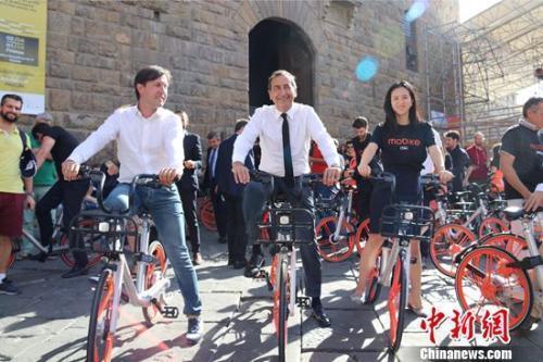 佛罗伦萨市长纳德拉(左一)、米兰市长萨拉(左二)、胡玮炜在佛罗伦萨骑行共享单车。