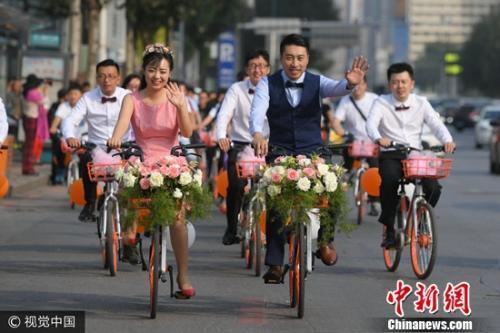 2017年9月9日,沈阳,共享单车编队迎娶新娘,别样婚礼吸引路人眼球。图片来源:视觉中国