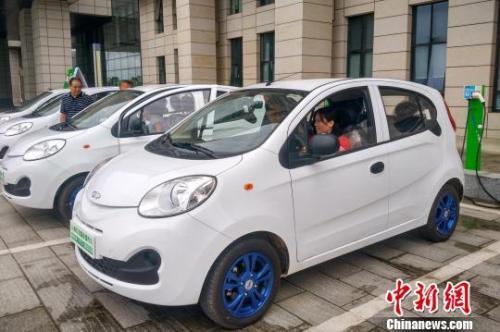 图为市民体验共享汽车。 赵琳露 摄