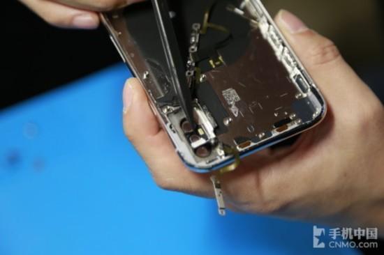iPhone X闪关灯处有防水胶圈