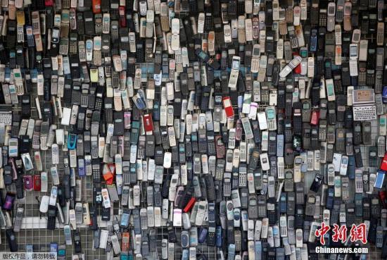 资料图:一家经营电子产品的商店,店铺主人喜爱收集旧手机。