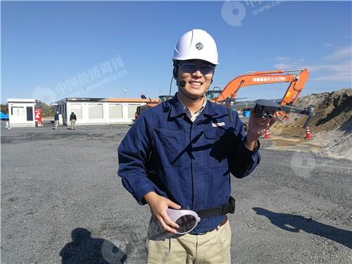 """79 在进行挖掘机应用ICT信息化施工演示时,日立建机的工作人员指着正在3D测绘的无人机对《中国经济周刊》记者展示说:""""中国,大疆。""""《中国经济周刊》记者 张伟 摄"""
