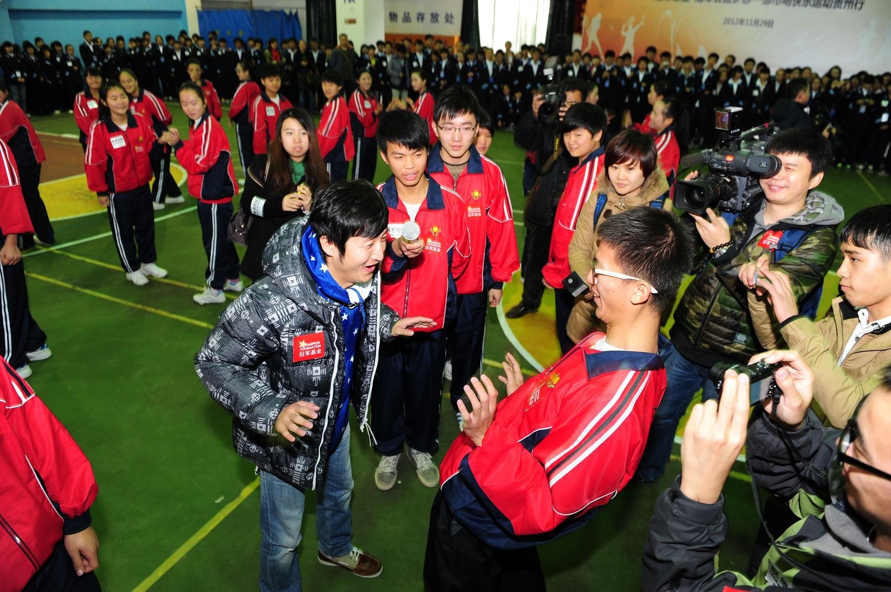 邹市明/奥运冠军邹市明给联想进取班学生上拳击课