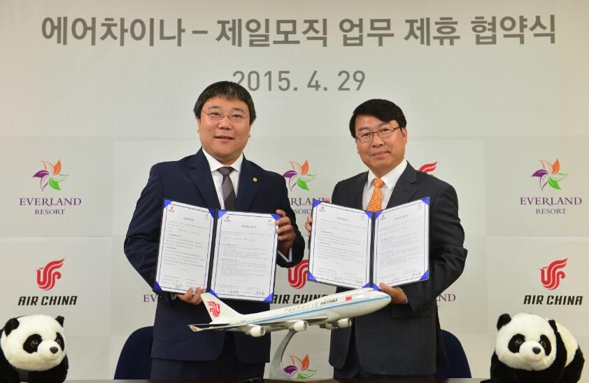 爱宝乐园市场营销部金汉奎(右)副总裁与国航韩国分公司贾航宇总经理出