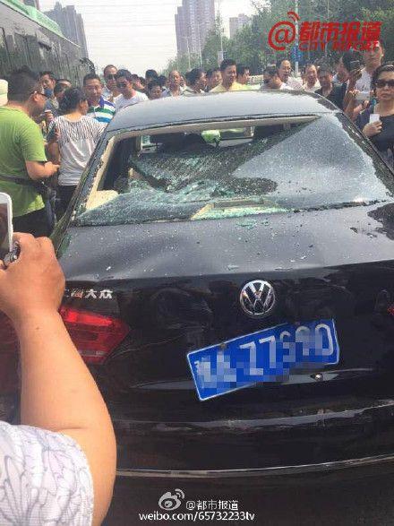 郑州滴滴专车被百名出租车司机围堵砸车 组图