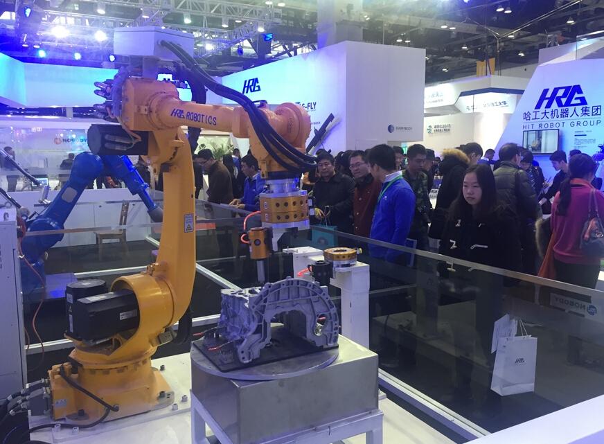 来自哈工大机器人集团应用於无人车间的工业机器人.