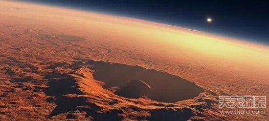 珠穆朗玛峰在我们看来已经够高了(8844米),然而真要论山的总高度珠穆朗玛峰并不是最高的,而是夏威夷的莫纳克亚山(总高度10205米)。   珠穆朗玛峰捡了个便宜,它位于高原上,而莫纳克亚山有很大一部分位于海里,吃了大亏。所以我们一般认为珠穆朗玛峰只是海拔最高的山,而不是最高的山。那么在太阳系中的高山,珠穆朗玛峰就根本排不上名了。   10、天卫四的无名山(高度11km)   天卫四(又叫奥伯龙)有一座无名山,科学家认为它是一个巨型撞击坑的中央山,这个撞击坑的直径约375公里,而由于撞击形成的中央山高