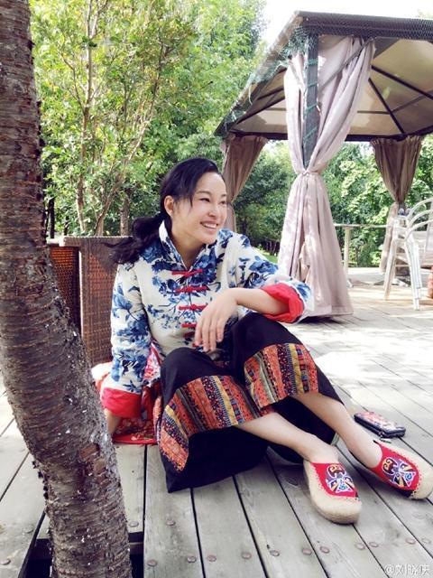 刘晓庆素颜出镜笑得很用力