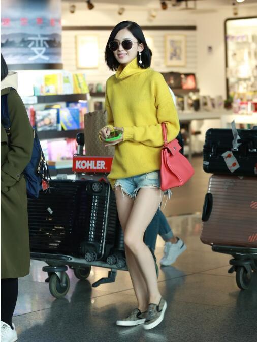 身形条儿正的古力娜扎妹纸从来就很清楚自己的优势在哪儿,所有的机场照不论穿多穿少,大长腿是关键      可以说娜扎的腿确实很争气,机场照确实没丑过。   最近,才刚过完生日的古力娜扎粗线在机场,虽说已是秋天,但娜扎还是毛衣配短裤的穿法,上半身一件黄色高领衫,下身超短牛仔裤,纤纤玉腿也是不畏严寒,也许是刚过完生日,娜扎看上去心情很不错,看到镜头也不闪躲,大方打招呼露笑。    果然是明星啊,在这个秋裤已经上线的季节,能穿成这样的实在是少。    不过不得不说,娜扎的美腿是赞的,长得确实漂亮,肤白貌美大长