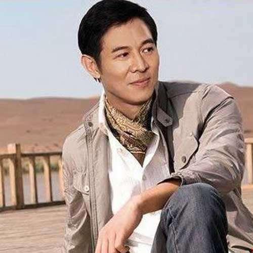53岁李连杰头发全白似70岁老人图片