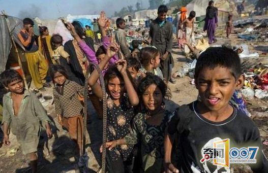巴基斯坦现在的经济条件还是很差,接近一半的人口都过着贫穷的生活,即使在大城市也有许多穷人生活的贫民窟。他们整日靠着城市的生活垃圾来填饱肚子,饥寒交迫的他们似乎已经习惯了冬天也可以用冷水洗澡,艰苦生活的巴基斯坦人民依旧笑对人生!    这是住在一片原野上的苦难人民,只有小小的一个帐篷可以在里面睡觉,其余生活活动都在露天解决。他们正在垃圾堆里寻找今天所需的食物,有人还把有用的垃圾运到自己的家里去。     人们一般会从垃圾堆里捡那些生活垃圾,比如骨头、内脏,然后汇成一锅煮在一起,所有的人就都靠过来吃。