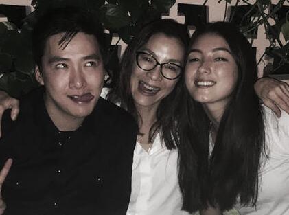 照片中除了有三人满面笑容的温馨合影,更有杨紫琼私下不为多见的可爱