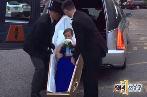 17岁高中生热爱丧葬_躺棺材乘灵车参加毕业晚会!